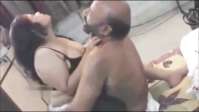 Pornó Ázsiai lány maszturbál a srác húzta két lány ágyban alszik mester