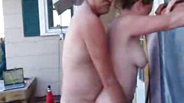 Pornót nézni öregasszony nagymama jóképű férfi, baszik kemény karcsú mulatt egy vidéki házban